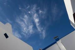 Der Himmel zwischen den Dächern von Häusern in Griechenland Stockfotos