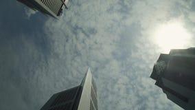 Der Himmel zwischen Wolkenkratzern stock footage