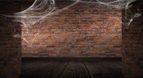 Der Hintergrund der alten Backsteinmauer, Sprünge in der Wand, Spinnennetz, Neonlicht lizenzfreie abbildung