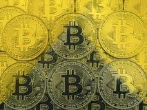 Der Hintergrund der Arten bitcoen Gold Schatten von uns in Form einer Pyramide Das Konzept von globalen Änderungen im Finanz lizenzfreie stockfotografie