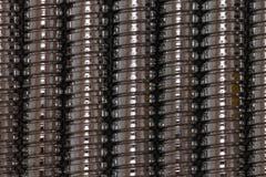Der Hintergrund, der durch glattes Chrom geschaffen wurde, überzog Duschschläuche Stockfoto