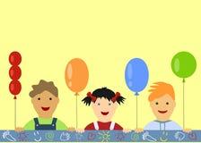 Der Hintergrund der Kinder mit dem Spähen von Jungen und von Mädchen Stockfoto