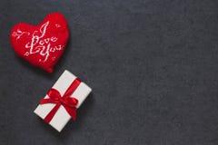 Der Hintergrund des Valentinsgrußes mit Geschenkbox Lizenzfreies Stockfoto