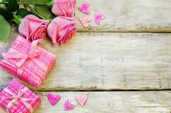 Der Hintergrund des Valentinsgrußes mit Geschenken und Blumen lizenzfreies stockfoto