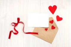 Der Hintergrund des Valentinsgrußes mit Karte Lizenzfreie Stockfotografie