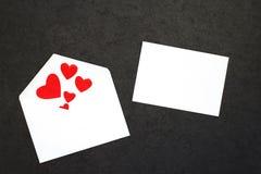 Der Hintergrund des Valentinsgrußes mit Karte Lizenzfreie Stockbilder