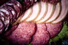 Der Hintergrund - Detail der geschnittenen Salami Stockbild