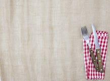 Der Hintergrund für das Menü Segeltuchtischdecke, -gabel, -messer und -serviette für Steaks Wird verwendet, um ein Menü für ein S Lizenzfreies Stockbild