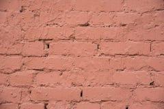 Der Hintergrund ist eine alte Backsteinmauer, die mit brauner Farbe, herein gemalt wird Lizenzfreies Stockfoto
