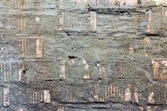 Der Hintergrund ist eine Backsteinmauer und ein alter Gips Lizenzfreie Stockfotos