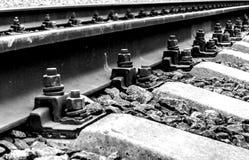 Der Hintergrund ist eine Nahaufnahme von Schienen und von Betonschwellen Stockfotografie