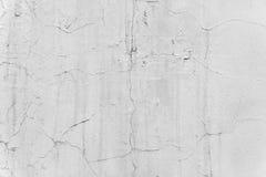 Der Hintergrund ist eine weiße Wand mit Sprüngen im Gips Lizenzfreie Stockfotos