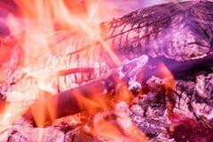 Der Hintergrund oder die Beschaffenheit des brennenden Feuers, des Rauches, des Holzes, der Asche und der Kohle lizenzfreies stockfoto