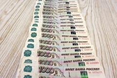 Der Hintergrund der vielen Tausenden der russischen Rubel Lizenzfreies Stockfoto