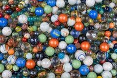 Der Hintergrund von bunten Glaskugeln der Verschiedenartigkeit stockfotografie