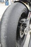 Der Hinterradreifen eines laufenden Motorrades Stockbilder