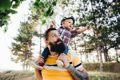 Der Hippie ` s Vater spielt mit seinem kleinen Sohn lizenzfreie stockfotos