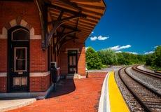 Der historische Bahnhof entlang Bahngleisen betreffend der Felsen, MD Stockbild