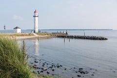 Der historische weiße Leuchtturm beim Haringvliet in Hellevoets Lizenzfreies Stockfoto