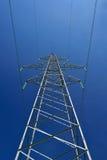 Der Hochspannungsbeitrag unter blauem Himmel Lizenzfreie Stockbilder