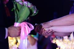 An der Hochzeitszeremonie übergab der Vater seinem Schwiegersohn die Tochter Lizenzfreie Stockbilder