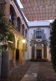 Der Hof, der mit Tuchstraßenbeleuchtung bedeckt wurde, beleuchtete Abend in Cordoba Lizenzfreie Stockfotografie