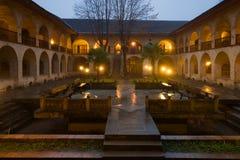Der Hof des großen Caravansary regnete Januar-Abend Sheki, Aserbaidschan Lizenzfreies Stockfoto
