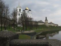 Der Hof des Pskovs der Kreml im Vorfrühling stockbilder