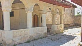 Der Hof eines alten Hauses mit antiken Spalten stock video