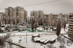 Der Hof zwischen den von den Sowjets erbauten Wohnblöcken Charkiws Stockfotografie