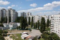 Der Hof zwischen den von den Sowjets erbauten Wohnblöcken Charkiws Lizenzfreie Stockfotos