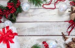 Der Holztisch mit Weihnachtsdekorationen Lizenzfreies Stockbild