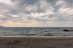 Der Horizont verlor in den Wolken und im grenzenlosen Meer lizenzfreies stockbild