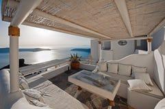 Der Hotelbalkon mit Kesselansicht bei Sonnenuntergang in Imerovigli von Santorini, Griechenland Lizenzfreie Stockfotos
