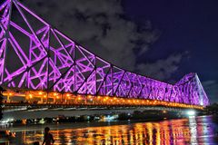 Der Howrah-Brücke und -stechpalme Ganga-Fluss am Abend lizenzfreie stockfotografie