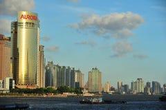 Der Huangpu-Fluss im Sommer Stockbild
