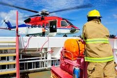 Der Hubschrauber auf dem Helideck mit dem bereitstehenden Schutzgitter Lizenzfreies Stockfoto