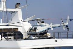 Der Hubschrauber auf einer Bewegungsyacht Stockfotos