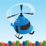 Der Hubschrauber, der vorbei über eine Stadt fliegt Stockfoto