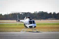 Der Hubschrauber, der zu betriebsbereit ist, entfernen sich Stockfoto