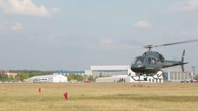 Der Hubschrauber entfernt sich stock video
