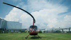 Der Hubschrauber entfernt sich vom Hubschrauber-Landeplatz flugplatz Hubschrauberstart stock video