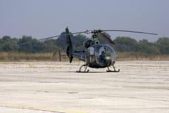 Der Hubschrauber im Flugplatz lizenzfreies stockbild