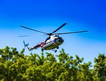 Der Hubschrauber im Himmel an der Annäherung stockbild