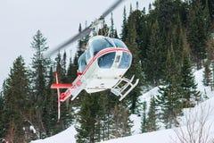 Der Hubschrauber landete in den Bergen im Winter und hob ein clou an Lizenzfreie Stockbilder