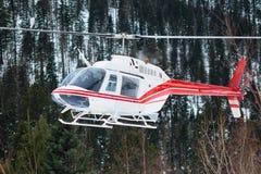 Der Hubschrauber landete in den Bergen im Winter und hob ein clou an Stockbilder