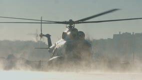 Der Hubschrauber Mi-8 entfernt sich stock footage