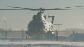 Der Hubschrauber Mi-8 landet stock footage