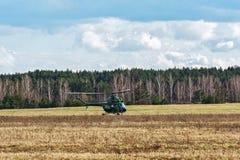 Der Hubschrauber MI-2 landete auf dem Feld nahe dem Waldgürtel Stockfotografie