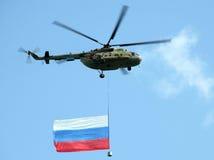 Der Hubschrauber mit russischer Markierungsfahne stockfotografie